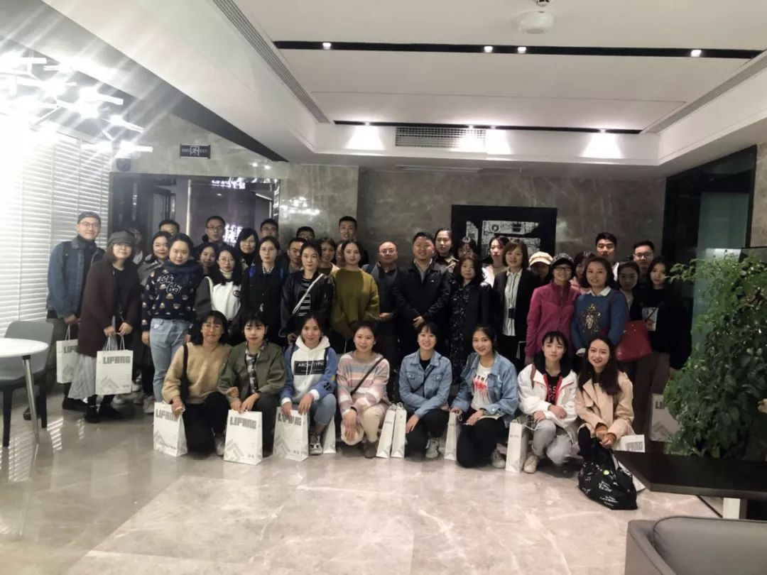 西华大学美术与设计学院院长张玉萍携研究生一行50人莅临力方参观考察
